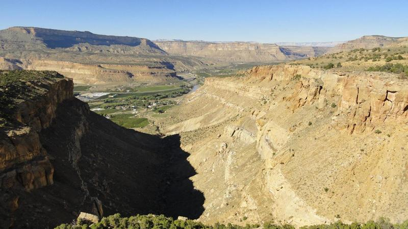 """Palisade Rim Trail runs along the edge of the cliffs on the right, it's a long way down, hence the """"Need to Know"""" section says to watch where you're going.  Nice views though."""