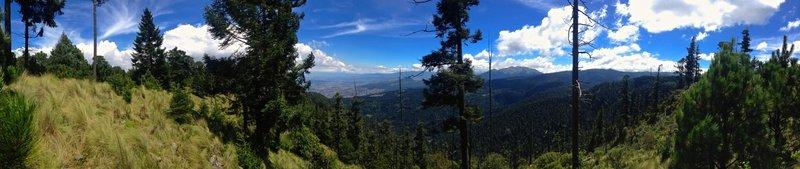 La vista desde el mirador en lo alto viendo al sur de la ciudad de México, los volcanes, el parque nacional Los Dínamos, y el volcán Ajusco