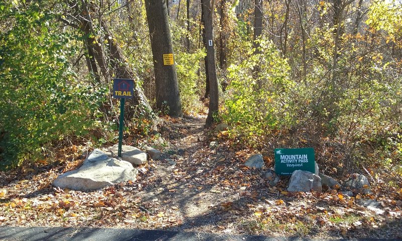Entrance to The White Trail from the north parking lot.