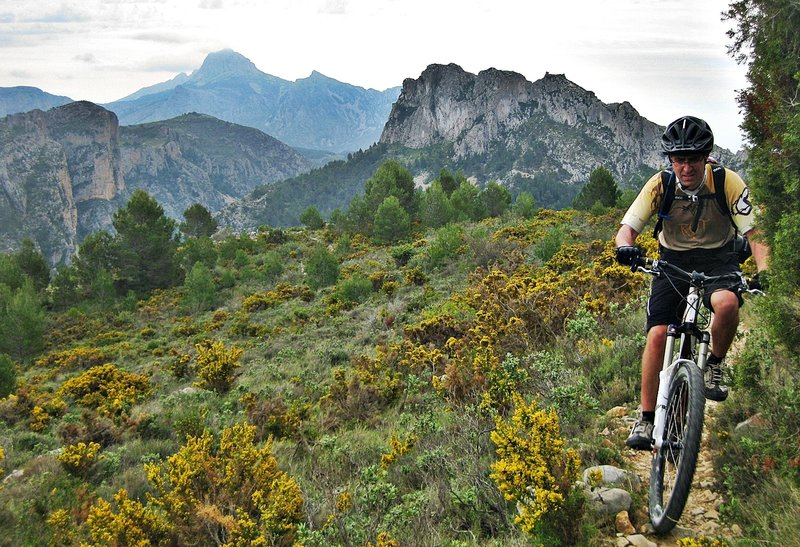 Amazing singletrack! To the bottom there can be seen the ruins of Garx's castle and Bèrnia's Peak.