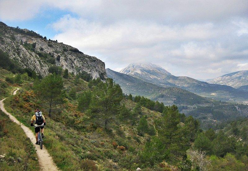 Singletrack towards Atanços's Arch. To the bottom, Serrella's Mountain.