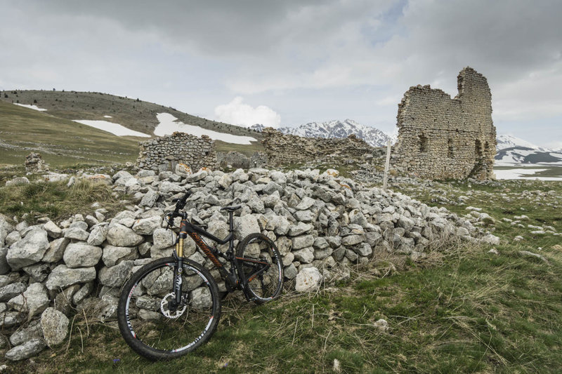 The ruins of a small farm or barracks guarding the Campo Imperatore.