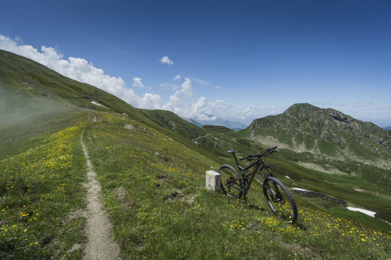 The Cime du Bec singletrack straddles the Franco-Italian border for a short distance and provides sweeping vistas into both countries.