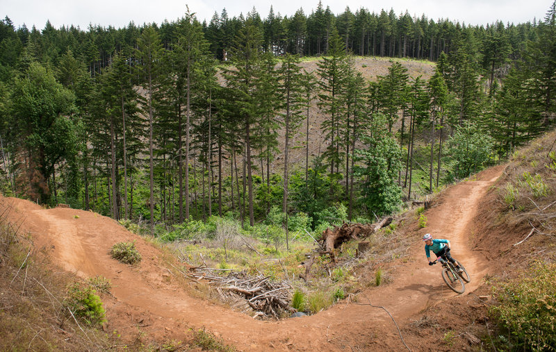 Nikki Hollatz flows down Kleeway during the 2016 Cascadia Dirt Cup. Post Canyon, OR.