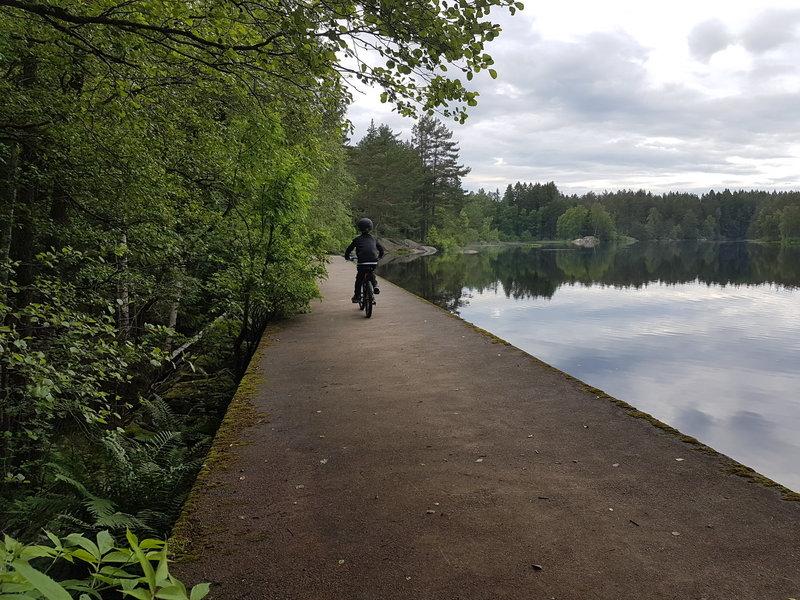 The dam at Øvredammen lake.