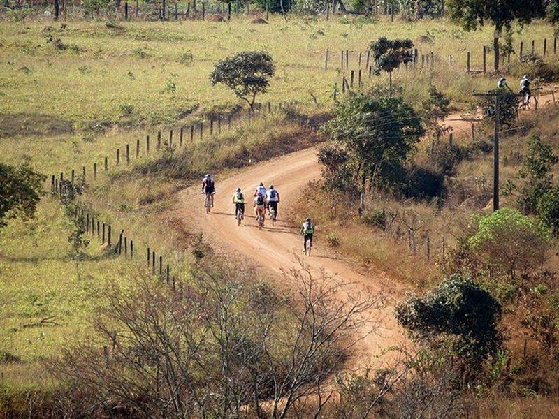 Ciclistas subindo estrada na Tapajós