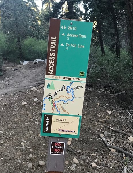 Trail marker/map at the junction of Skyline Road (2N10) to Fall Line.