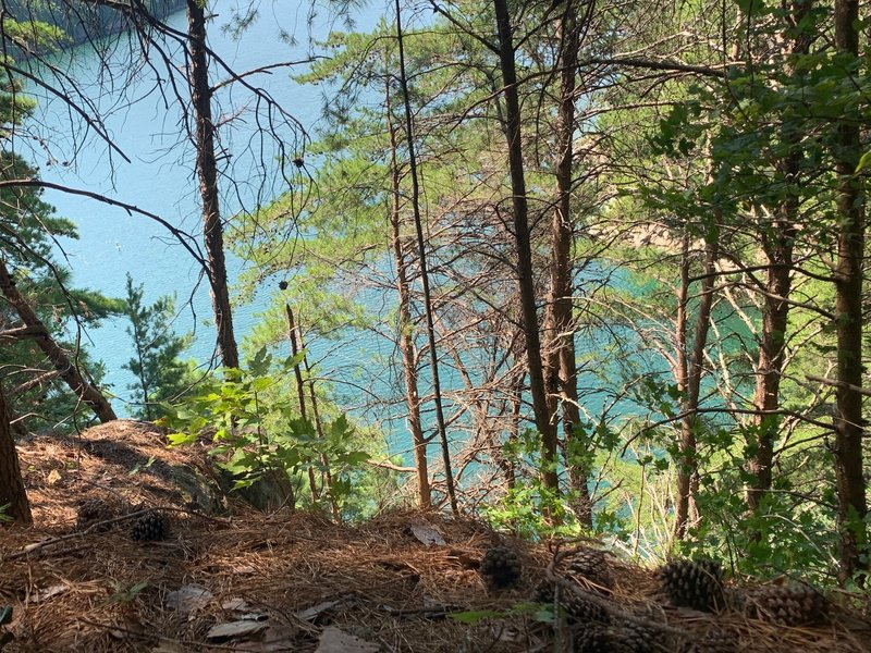 This route ends at the cliff 80 feet up from Jocassee.